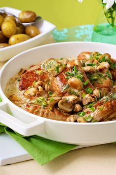 Schweinefilet in Champignonrahm Familienessen A classic as we love it: pork fillet in mushroom cream Healthy Chicken Recipes, Lunch Recipes, Healthy Dinner Recipes, Cooking Recipes, Salad Recipes, Pork Recipes, Cream Of Mushroom Chicken, Mushroom Cream Sauces, No Calorie Foods