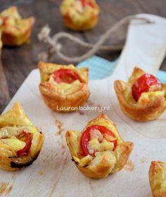 Hartige gevulde bladerdeeg bakjes - Laura's Bakery. Bladerdeeg - pesto - tomaatje - kaas
