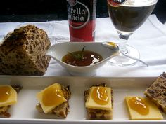 Queso D.O.P. San Simón, mermelada de cerveza Estrella Galicia y Pan de Centeno y pasas.