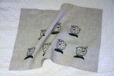 #kotimaisetlahjat #lahjaideat Kauniit kotimaiset käsinpainetut pyyhkeet ovat 100% pellavaa. Monikäyttöiset pellavapyyhkeet soveltuvat niin keittiöön, kylpyhuoneeseen kuin saunaankin. Materiaali: 100% pellavaa Koko 50×68 cm Valmistaja Liinalaari Kuusjoelta  http://www.salonsydan.fi/tuote/kasinpainettu-kestava-pellavapyyhe-lampaat/