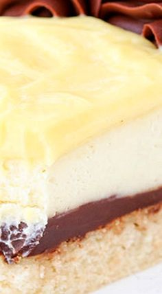 This Boston Cream Pie Cheesecake has vanilla cake, chocolate ganache filling & creamy vanilla cheesecake. Topped with chocolate ganache & pastry cream! Coffee Cheesecake, Best Cheesecake, Cheesecake Bites, Cheesecake Recipes, Easy Desserts, Delicious Desserts, Dessert Recipes, Ooey Gooey Cake, Chocolate Ganache Filling