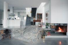 Cette maison au style scandinave s'articule autour d'un rocher. Plus de photos sur Côté Maison http://petitlien.fr/7uxo