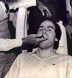 Ted Bundy (Theodore Robert Bundy) getting impressions of his teeth taken after leaving a bite mark on one of his victims in Florida. Ted Bundy, Famous Serial Killers, Jeffrey Dahmer, Crime Books, Evil People, Criminal Minds, Criminal Justice, True Crime, Mug Shots