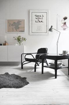 Hvidt gulv, mørke møbler