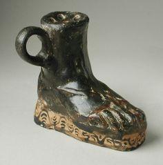 Petróleo-Jar (Askos) en la forma de un pie El uso de una sandalia  Griego  Siglo segundo antes de Cristo.  Fuente: Los Angeles County Museum of Art