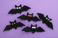 DIY bat pin with wings that flap! Halloween Crafts For Kids To Make, Halloween Sewing, Halloween Party Favors, Halloween Mug, Halloween Decorations, Felt Crafts Patterns, Felt Crafts Diy, Felt Diy, Book Crafts