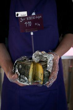 NIEBIESKI KSIĄŻĘ Ser krowi, pleśniowy, dojrzewający. Producent MALINOWA ZAGRODA. To ser z przerostem niebieskiej lub zielonej pleśni. Przerost pleśni powodowany jest nakłuciami sera, przez które dostaje się powietrze pozwalające na rozrost pleśni. Jest ostry, pikantny, o charakterystycznym zapachu pleśniowo - piwnicznym.