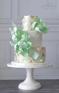 I  this cake! Fabulous texture in white and gold and huge, beautiful, green sugar flowers.
