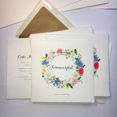 it's summertime! Fröhliche Hochzeitseinladung mit einem Kranz aus Wiesenblumen. Vorfreude pur! Briefumschlag mit goldenem Seideninnenfutter.