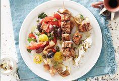 Souvlaki mit Pistazienjoghurt und Oliven-Tomatensalat