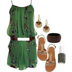 Look del giorno - Minidress con applicazioni floreali e accessori etnici