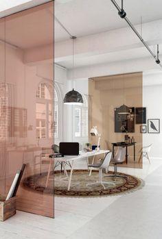 Para combinar com o fundo branco e os tons terrosos e neutros, as divisórias de vidro granharam as mesmas cores e se integram à decoração.
