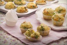 I muffin salati con piselli e prosciutto sono degli stuzzichini sfiziosi e originali, adatti da servire come antipasto o da preparare per un picnic.