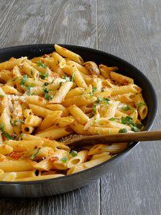 VEGAMÓTA PENNE PASTA. Með hvítlauksristuðum kjúkling, lauk, beikoni, sveppum, papriku, parmesan ostasósu.Borið fram með hvítlauksbrauði.= Penne pasta  With garlic fried chicken, bacon, onion, mushrooms, peppers and parmesan cheese sauce.Served with garlic bread.    Þegar ég gerði þetta notaði ég matreiðslurjóma og piparost, bræddi í potti og hellti svo yfir allt. Ekkert smá gott.