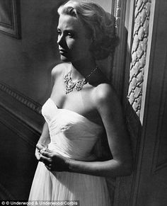 Grace Kelly - Grace Patricia Kelly was an American actress who, after marrying Prince Rainier III, became the Princess of Monaco. After embarking on an acting career in at the age of Kelly appeared in New York City theatrical productions Grace Kelly Mode, Grace Kelly Style, Princess Grace Kelly, Carolina Herrera, La Main Au Collet, Monaco, Divas, Patricia Kelly, To Catch A Thief