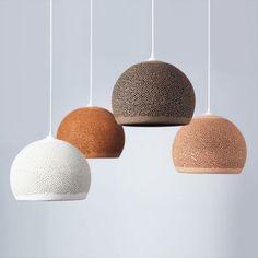 Lampes en céramique parsemés d'innombrables petits trous qui filtrent la lumière.