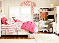 lit et bureau dans une chambre fille