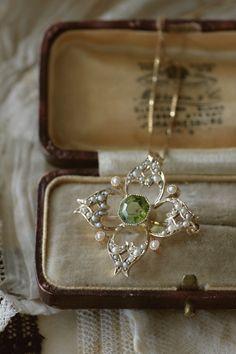 アンティークペンダントブローチ ペリドット パール 真珠 イギリス ベル・エポック I Am Jewelry, Pearl Jewelry, Jewelry Accessories, Jewelry Design, Fashion Jewelry, Antique Brooches, Antique Jewelry, Vintage Jewelry, Peridot Jewelry