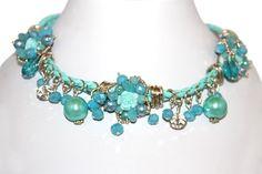 Le collier chic en perle est bien plus qu'un bijou, c'est un véritable accessoire qui habillera avec Charme et glamour votre décolleté. Ce collier est composé par des perles, des motifs de petites fleurs et avec deux chaines tressés en coton. Il sublimera instantanément votre silhouette.