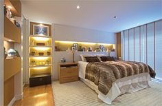 Built in furniture behind bed Elegant Home Decor, Elegant Homes, Master Bedroom, Bedroom Decor, Built In Furniture, Sweet Home, Suites, Home And Deco, Beautiful Bedrooms