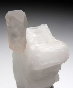 Beryllonite avec Quartz Shengus Mine, Skardu Dist., Pakistan Taille=3.2 x 2.0 x 2 cm