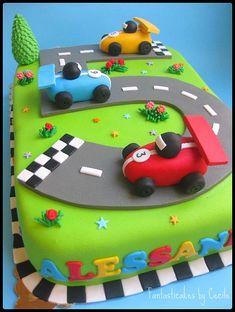 Torta Circuito Auto / Racing Circuit Cake (close-up) Torta Circuito Auto / Rennstrecken-Torte (Nahaufnahme) Hot Wheels Birthday, Race Car Birthday, Race Car Party, Cars Birthday Parties, Race Cars, Car Cakes For Men, Race Car Cakes, Lightning Mcqueen Birthday Cake, Lightning Mcqueen Cake