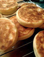 Engelska muffins är inte söta muffins på bakpulver utan runda bröd på jäst som gräddas i stekpanna och äts till frukost i England och USA....
