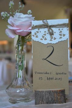 Ihr sucht noch nach schönen Tischzahlen für Eure Hochzeit oder Eure Tischordnung, dann hab ich was für Euch... Schöne Kraftpapier-Zahlen im Vintagelook mit Spitzepapier und Bäckergarn. Maße: A6...
