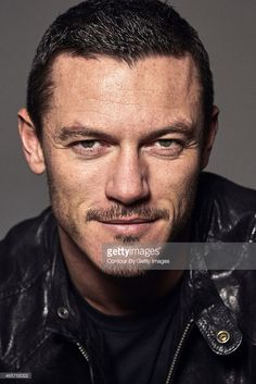 Actor Luke Evans is photographed on November 27 2012 in London England Fotografia de notícias | Getty Images
