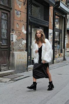 O casacode pele fake ou pele falsaé o must have da estação.Pro inverno, nenhum casaco é tão quentinho e versátil! E o melhor, é uma peça statement: