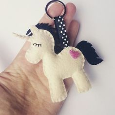 Easy DIY Felt Crafts, Felt Crafts Patterns and Felt Christmas Crafts Templates. Easy Felt Crafts, Felt Diy, Unicorn Ornaments, Felt Ornaments, Felt Keychain, Keychains, Felt Crafts Patterns, Felt Hair Clips, Techniques Couture