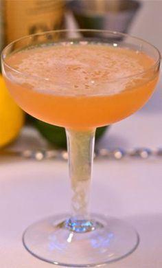"""Recept Adam & Eva. Een verleidende cocktail met gin, cognac en de """"verboden vrucht""""."""