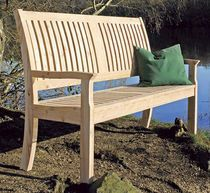 Classic, simple, but still beautiful: a wooden bench for your garden. Diy Furniture, Outdoor Furniture, Outdoor Decor, Garden Bench Plans, Most Beautiful Gardens, Bird Houses, Outdoor Gardens, Modern, Google Translate
