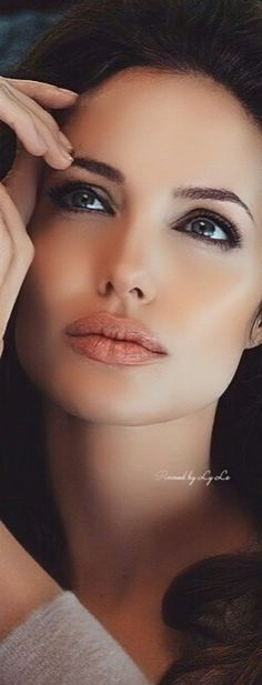 Angelina Jolie--- She always seems so flawless in her work. Angelina Jolie Makeup, Angelina Joile, Angelina Jolie Photos, Beautiful Celebrities, Beautiful Actresses, Beautiful Women, Jolie Pitt, Brunette Beauty, Hollywood Actresses