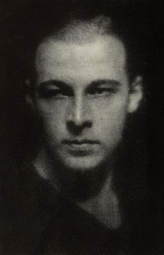 What an intense Look: Rudolph Valentino<3