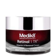 Nopeasti imeytyvä ja ylellisen tuntuinen yövoide silottamaan ensimmäisiä ryppyjä ja juonteita sekä täydentämään aikuisen naisen ihonhoitorutiineja. Ravitseva ja uudistava Medik8 Retinol 1 TR yövoide sisältää retinolia, hyaluronihappoa ja  glyseriiniä, jotka uudistavat ihoa, silottavat ryppyjä ja juonteita, supistavat laajentuneita ihohuokosia sekä kirkastavat ihon sävyä.
