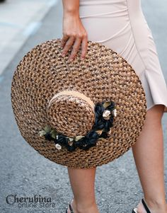Pamela Vivienne | Cherubina - Moda, tocados y mucho más Fascinator Hats, Fascinators, Vivienne, Perfect Match, Hats For Women, Saddle Bags, Straw Bag, Nice Dresses, Hair Accessories