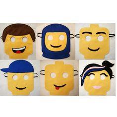20 Kinder Lego Masken  Finden Sie in meinen anderen Angeboten für individuelle Masken.  Dieses Angebot gilt für 20 Masken. Sie stellen die perfekte Party Tasche Füller. Ich habe diese für meine Söhne Geburtstagsparty und er und seine Freunde waren begeistert.  Möchten Sie einen anderen Betrag nicht aufgeführten Fragen.  Jede Maske wird von Hand aus Filz ausgeschnitten und dann bestickt um das Design zu erstellen. Jedes Stück ist aufgenäht und das Gummiband ist dreifach genäht, so dass jede…