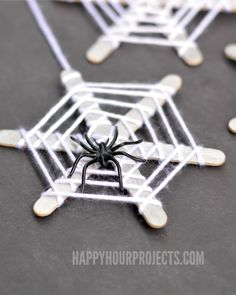 Crafts for Kids: Craft Stick Spiderwebs Simple spider web craft to try with Dennis this weekend. I think he'll love adding the creepy crawly creatures… And he'll have to eat some popsicles first :)Simple spider web craft to try with Dennis this weekend. Diy Halloween, Halloween Mono, Theme Halloween, Halloween Crafts For Kids, Holidays Halloween, Halloween Costumes, Halloween Decorations Diy Easy, Halloween Door Decs, Halloween Labels
