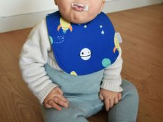 Waterproof Bib Rockets print | Zezling planets Baby Bib | easy to wipe round bib | Modern baby apron with double face: terry and hydrophobic Modern Aprons, Waterproof Bibs, Cake Smash Outfit, Brand Collection, Rockets, Burp Cloths, Baby Bibs, Baby Shower Gifts, Planets