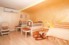 Tons claros e iluminação indireta compõem a Suíte do Bebê, assinada pelas arquitetas Celina Mororó e Nicolle do Vale.