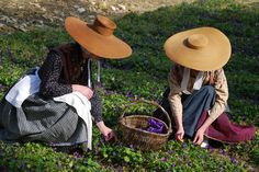 Provencal women in a field of violets - Fragonard PARFUMEUR Sycamore Springs, Victoria Magazine, Organic Brand, Provence Style, Tours France, Period Outfit, Green Life, Rustic Elegance, Rococo