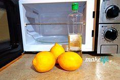 Δύο εύκολοι και γρήγοροι τρόποι στο καθάρισμα φούρνου μικροκυμάτων: με λεμόνι μέσα σε μπολ ή με λευκό ξύδι σε βρεγμένο σφουγγάρι. Stacked Washer Dryer, Washer And Dryer, Microwave, Kitchen Appliances, Cleaning, How To Make, Diy, Diy Kitchen Appliances, Home Appliances