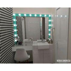 Wc | Banheiro | Bathroom por NP Interiores - Núbia Procópio Interiores - WC SUÍTE | Wc pensado especialmente para uma menina adolecente. Com espaço para maquiagem com o sistema de luzes de camarim. | Projeto: @nubiaap #project #sketchup #vray #dedign