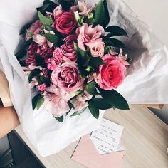 Numa sexta-feira comum eis que recebo esse arranjo de flores lindíssimo. Pessoal da @MaryKayBrasil me mimando até o último. Muito amor envolvido obrigada. Pequenas coisas fazem a diferença amei a surpresa