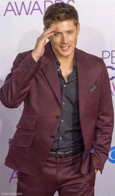mmmm Jensen Ackles in maroon suit ❤ʚ❤ Jensen Ackles Supernatural, Jensen Ackles Jared Padalecki, Jared And Jensen, Dean Winchester, Gorgeous Men, Beautiful People, Maroon Suit, Burgundy Suit, Red Suit