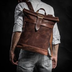 Sac à dos de Cognac en cuir marron avec du matériel par KrukGarage