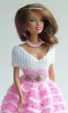 Puppenkleid stricken // Ballkleid für Puppen Barbie Song, Barbie Dress, Barbie Knitting Patterns, Barbie Patterns, Fashion Dolls, Fashion Outfits, Knit Baby Dress, Crochet Barbie Clothes, Barbie Accessories