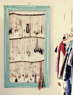 Ooh this looks nice, branches and an old picture frame: Organize your jewelry! #Jewelry #DIY #Upcycle