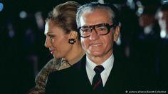 توضیح عکس: مراسم بدرقه رسمی محمد رضا پهلوی و فرح دیبا در سفر رسمی به ایالات متحده آمریکا. تاریخ ۱۶ نوامبر ۱۹۷۷ میلادی.